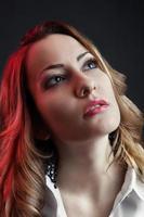 Nahaufnahmeporträt der schönen kaukasischen Frau foto