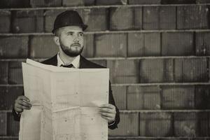 kaukasischer männlicher Bauleiter mit Blaupause foto