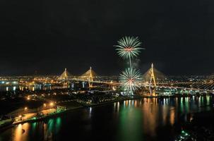 Bhumibol-Brücke mit Feuerwerk am thailändischen Vatertag, Thailand foto