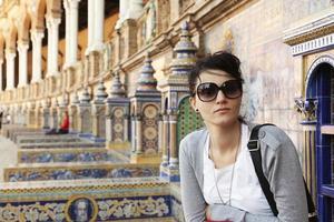 echte kaukasische Frau sitzt in Sevilla.
