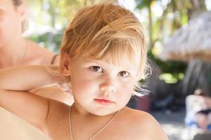 Nahaufnahmeporträt des niedlichen blonden kaukasischen Babymädchens foto