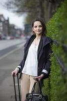 Porträt einer stilvollen kaukasischen Frau in der Stadt. foto