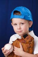 echte Menschen: kaukasische kleine Jungen Kopf Schultern Baseball Sport foto