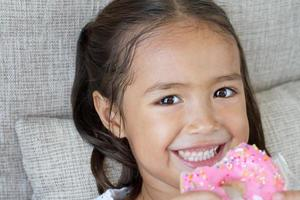 Porträt des glücklichen, positiven, lächelnden, asiatischen kaukasischen Kindes foto