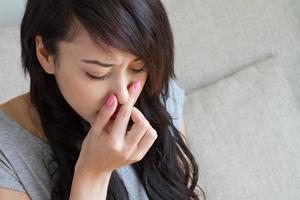 kranke Frau leidet an Grippe, Erkältung, laufender Nase, asiatischem Kaukasier