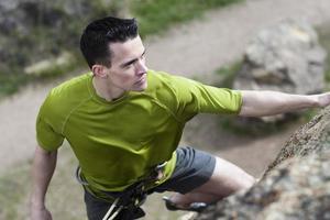 Klettern des kaukasischen jungen Mannes im Nationalpark, Kopierraum foto