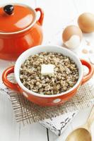 Buchweizenbrei mit Butter und Eiern foto