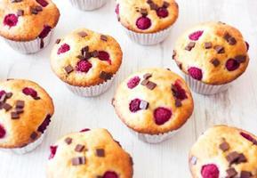 Gruppe köstlicher Muffins auf den Tisch gelegt foto
