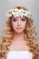 Porträt der attraktiven kaukasischen erwachsenen Frau lokalisiert auf weißem Studio foto