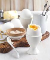 gekochtes Ei mit rosa Salz zum Frühstück foto