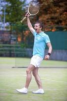 Tennissportkonzept: Porträt des jungen ausrufenden männlichen kaukasischen Tennisspielers