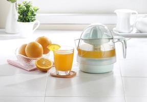 Orangensaftmischer im Kücheninnenraum foto