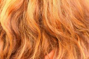 gewellte goldene Haare einer schönen Frau foto