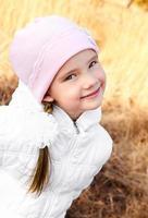 Herbstporträt des entzückenden kleinen Mädchens foto
