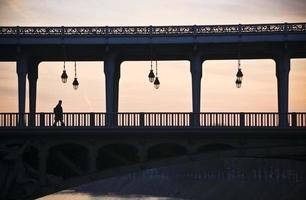 Mann auf einer Brücke foto