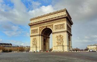 Arc de Triomphe gegen schönen blauen Himmel foto