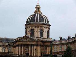 Blick auf das Institut de France von der Seine in Paris foto
