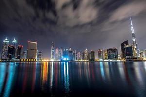 Dubai in der Nacht foto