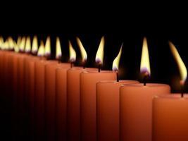 Nahaufnahme des Brennens vieler Kerze lokalisiert auf schwarzem Hintergrund