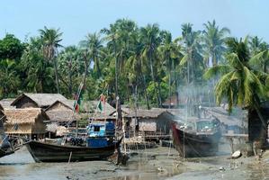 traditionelles myanmarisches Fischerboot in der Stadt Kyaikto, foto