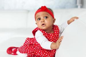Porträt des kleinen afroamerikanischen kleinen Mädchens spielend - schwarz foto