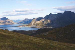 Sommer norwegische Landschaft mit Blick Ryten Peak, Lofoten Inseln, Nordland foto