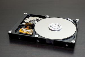 Nahaufnahme der Festplatte des offenen Computers (Festplatte) foto