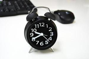 Wecker auf dem Schreibtisch foto