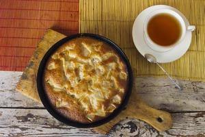 Charlotte. Apfelkuchen mit Tee foto