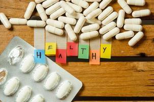 gesundes Alphabet und Kapsel Medikament mit Medikamentendosis