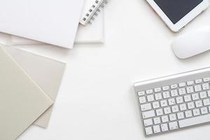 moderner Büroarbeitsbereich - professioneller Desktop von oben foto