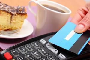 Bezahlen mit kontaktloser Kreditkarte im Cafe, Finanzkonzept foto