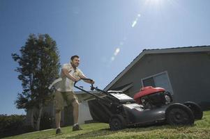 Mann bewegt Rasen
