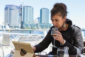 korporative Geschäftsfrau, die Mittagessen außerhalb des Lesetabletts h genießt foto