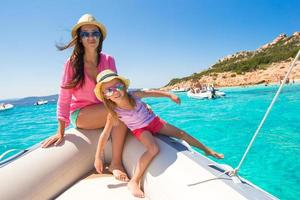 junge Mutter mit entzückender Tochter genießen Urlaub auf dem Boot