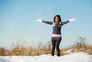 Porträt der jungen Frau viel Spaß und genießen Sie frischen Schnee foto