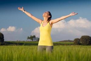 junge Frau, die den Frühling genießt, der in einem Getreidefeld steht