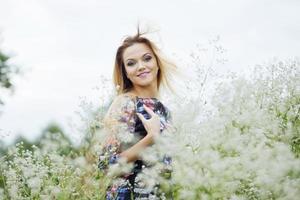 Schönheitsmädchen im Freien genießen Natur, blondes Mädchen im Kleid auf foto