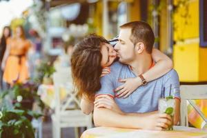 junges Paar im Café, das die Zeit im Urlaub genießt. warm foto