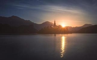 Schattenbild der kleinen Insel mit der katholischen Kirche im bluten See