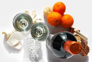 Flasche Wein mit Gläsern und Orangen auf Sizilien foto