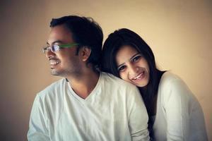 glücklicher Moment des neuen indischen Paares foto