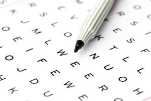 schwarzer Marker beim Lösen des Kreuzworträtsels, Nahaufnahme foto