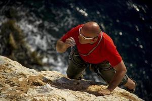 Freeclimbing über dem Meer foto