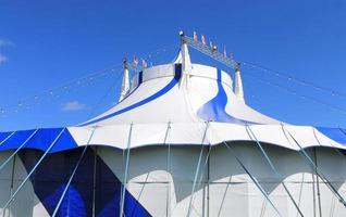 blaues und weißes Zirkuszelt mit großem Dach foto