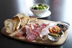 Antipasti-Teller mit Brot und Kleinigkeiten