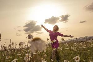 Foto der hübschen blonden Frau auf einem Feld
