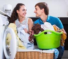 Ehepartner, die regelmäßig Wäsche waschen foto