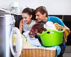 Ehemann hilft glückliche Hausfrau foto