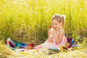 lustiges kleines Mädchen trinken Joghurt foto